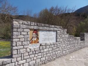 Το μνημείο του Μάρκου Μπότσαρη στο Κεφαλόβρυσο Ευρυτανίας